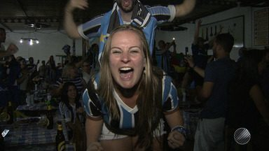 Torcedores do Grêmio comemoram o título da Libertadores no Centro de Tradições Gaúchas - Veja como foi a festa da torcida.