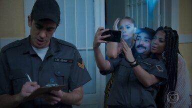 Adriane Galisteu e Ludmilla são conduzidas aos Estúdios Globo - Os policiais Adnet e Eduardo Sterblitch concluem que estava rolando festa na casa da cantora após verem Gominho na residência