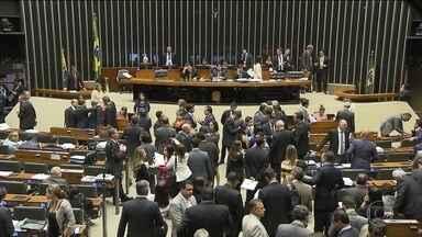 Reforma da Previdência já não tem data prevista - O presidente da Câmara, Rodrigo Maia, disse que não há votos suficientes para aprovar a reforma e não garantiu que o texto seja levado ao plenário ainda este ano.