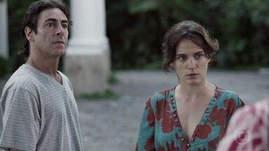 Fabiana antecipa sua volta da viagem e Clara tenta disfarçar a tensão - Ingrid vê Clara sair de sua casa em um táxi, com as malas de sua mãe
