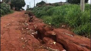 Moradores reclamam de cratera aberta no Setor Pontal Sul 2, em Aparecida de Goiânia - Buraco foi aberto depois das fortes chuvas que caíram na grande Goiânia esta semana.