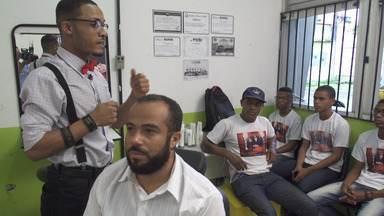 Duque dos Cortes ensina ofício de barbeiro a jovens da Liberdade - Duque dos Cortes ensina ofício de barbeiro a jovens da Liberdade