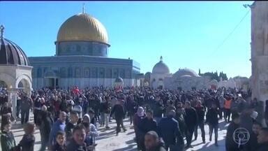 Um palestino morre e oitenta são feridos em protestos na região de Jerusalém - A decisão de Donald Trump de considerar Jerusalém como a capital de Israel provocou uma onda de protestos na região. Eles começaram logo depois da oração do meio dia desta sexta-feira (8), a mais importante da semana.