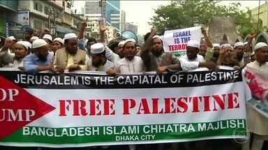 Muçulmanos de vários países se unem a palestinos em protestos contra decisão de Trump - Em Kuala Lumpur, capital da Malásia, milhares de manifestantes carregando bandeiras palestinas fizeram uma marcha até a embaixada americana. As autoridades reforçaram a segurança. E o clima ficou tenso.