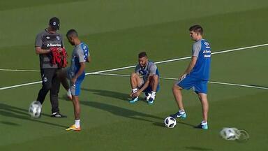 Grêmio faz primeiro treino nos Emirados Árabes sem Bressan, Ramiro e Luan - Renato teve conversa de quase 20 minutos com os jogadores no centro do gramado, antes do início da atividade, que marcou primeiro contato com a bola do Mundial