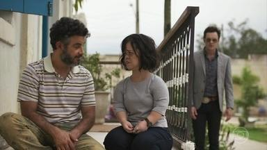 Gael fica furioso ao escutar conversa entre Estela e Juvenal - Ela diz que foi morar em Pedra Santa obrigada pela mãe