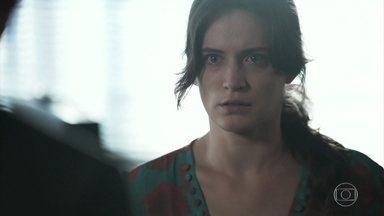 Clara conta para Patrick como conseguiu fugir do hospício - Ela lembra como escapou da morte