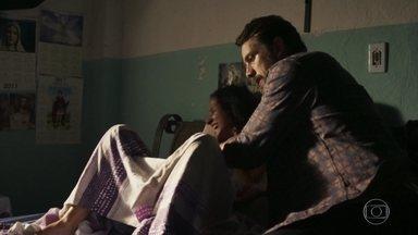 Renato faz o parto da prima de Juvenal - O médico corre para ajudar a parteira e nasce um lindo menino