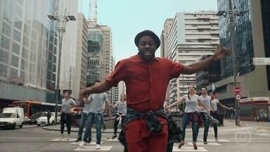 Lázaro dança música de Paulo Sethy - O apresentador usa roupa escolhida por internautas