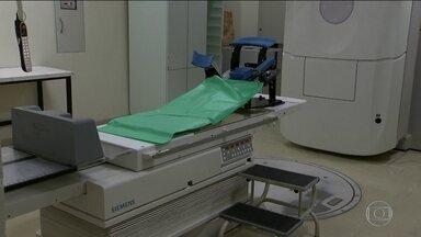 Pacientes com câncer sofrem para marcar radioterapia em Brasília - A fila para se submeter ao tratamento chega a sete meses e ainda está faltando medicamento.