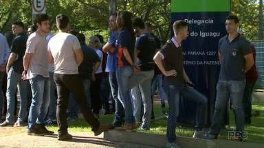 Funcionários de transportadoras protestam em frente à delegacia da Receita de Federal - Auditores fiscais estão em greve e os funcionários reclamam da demora na liberação das cargas.
