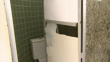 Banheiros da orla do Recife tem portas quebradas e vazamentos - Secretaria de Turismo informou que manutenção é feita por empresa terceirizada.