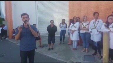 Funcionários que trabalham em policlínica fazem protesto - Eles atuam no morro São Bento. Protesto foi realizado na manhã desta segunda-feira.