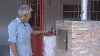 Morador de Porto Velho cria fogão e forno a lenha para economizar gás de cozinha - E o Corpo de bombeiros alerta sobre os cuidados com o fogo ao manusear esse tipo de utensílio.