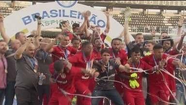 Inter é campeão do Brasileirão de Aspirantes após empatar com Santos B - Colorado, que venceu a partida no Beira-Rio por 3 a 1, na semana passada, faz valer a vantagem e conquista o primeiro título da competição após o 1 a 1 com o Peixe, na Vila Belmiro.