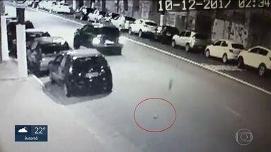 Motorista que atropelou e matou homem na Lapa se entrega à polícia nesta segunda (11) - Motorista que atropelou e matou homem na Lapa no último final de semana, se entregou à polícia. Imagens revelam que ele não prestou socorro à vítima.