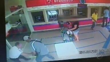 Tarumã registra dois assaltos com criminosos armados no mesmo dia - Dois assaltos em menos de três horas, com bandidos armados, assustaram os moradores de Tarumã. Um deles foi praticado por um adolescente, em uma lotérica, e o outro por um homem, numa agência bancária no centro da cidade.