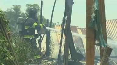 Incêndio destrói barracos da favela da Vila Itália em Rio Preto - Um incêndio destruiu sete barracos da favela da Vila Itália, em São José do Rio Preto (SP), nesta segunda-feira (11).