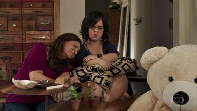 Estela fica decepcionada com o presente que recebe de Juvenal - Ela afirma para Rosalinda que está sendo tratada como uma criança pelo rapaz
