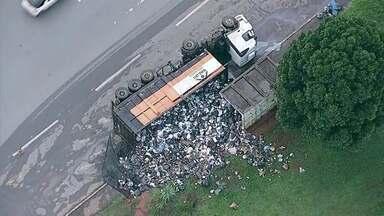 Tonelada de lixo invade uma parada de ônibus na Épia Norte, após caminhão de coleta tombar - Caminhão da empresa Valor Ambiental virou na Épia Norte e despejou 23 toneladas de lixo no chão.
