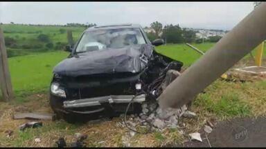 Motorista perde o controle e bate carro em poste em Passos (MG) - Motorista perde o controle e bate carro em poste em Passos (MG)