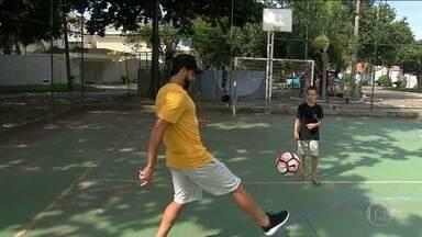 Henrique Dourado conhece filho de Super Ézio, ex-artilheiro do Fluminense - Henrique Dourado conhece filho de Super Ézio, ex-artilheiro do Fluminense