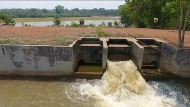 Retirada de água dos rios para irrigação é investigada em Goiás - MP e a Delegacia do Meio Ambiente estão apertando o cerco contra produtores rurais por causa da retirada excessiva de água dos rios para irrigação. Um dos mais atingidos é Araguaia, que está cada vez mais seco.