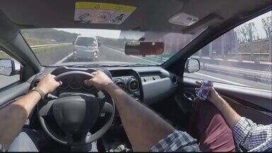 Óculos virtual simula motorista que dirige sob efeito do álcool ou usando o celular - Concessionária que administra a Rodovia Washington Luís em Araraquara, SP, colocou equipamento para usuários.