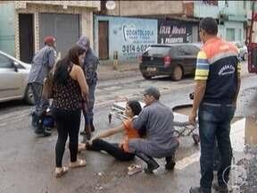 Motociclista fica ferida após cair em buraco em avenida de Montes Claros - Ela foi socorrida pelo Corpo de Bombeiros.