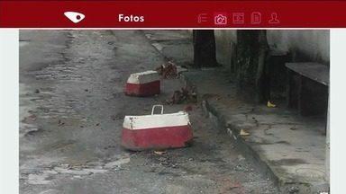 Moradores de bairro em Cachoeiro, no Sul do ES, reclamam de gelos baianos na rua - Eles teriam sido colocados por outras pessoas, para impedir que motoristas estacionem.