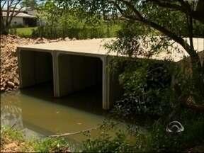 JA nos Bairros: moradores do bairro Ricci enfrentam transtornos em Passo Fundo, RS - Obra de uma ponte está parada e dificulta o acesso as casas
