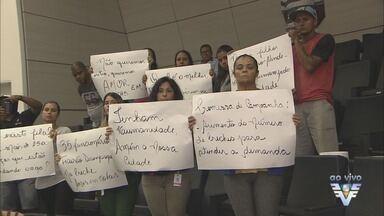 Pais protestam na Câmara de Guarujá por conta de mudanças em creches - Pais estão preocupados com anúncio da prefeitura sobre suspensão de convênio com algumas unidades.