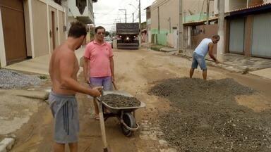 Moradores fazem obras por conta própria para remover buracos nas ruas de Campos, no RJ - Devido a demora da Prefeitura para realizar obras, os moradores da cidade se mobilizam para recuperar as ruas.