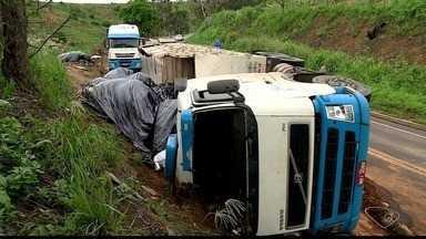 Carreta carregada com café tomba na BR-259, em Colatina, ES - Motorista teve ferimentos leves.