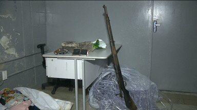 Dois adolescentes são apreendidos com fuzil em Campina Grande - Também foram encontrados celulares e outros objetos.