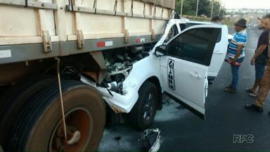 Duas pessoas ficam feridas em acidente entre caminhonete e carreta na BR-277 - Com a batida, a caminhonete ficou presa na traseira da carreta.