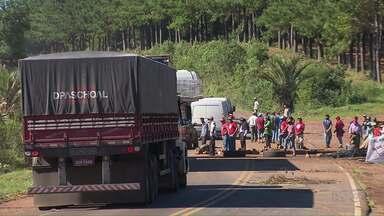 MST e Movimentos Posseiros liberaram PR-170 - Há mais de uma semana eles protestavam contra reintegrações de posse em Pinhão. A rodovia ficou fechada totalmente por dois dias e depois passou a abrir no sistema siga e pare a critério dos manifestantes.