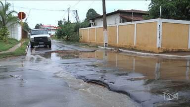 Chuva e correnteza forte causam estragos em Balsas - A correnteza alagou ruas e fez aumentar o número de buracos na cidade.