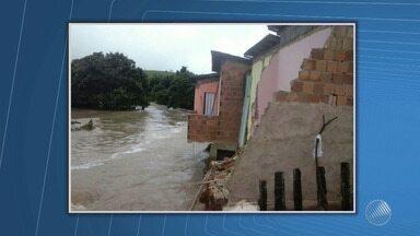 Temporal alaga ruas e invade casas em Guaratinga - Veja no quadro da previsão do tempo.