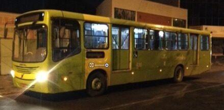 Passageiros sofrem fraturas ao tentar fugir de assalto em ônibus - Passageiros sofrem fraturas ao tentar fugir de assalto em ônibus