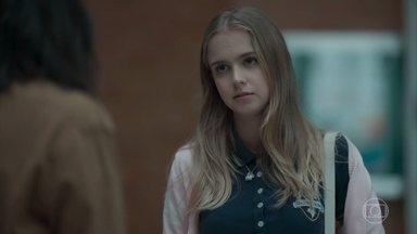 Clara pede para ficar na casa de Lica durante a viagem de Malu - A filha da professora concorda prontamente
