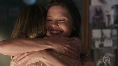 Celina e Maria vitória se abraçam felizes após descobrirem parentesco - As primas conversam sobre familiares e situações vividas