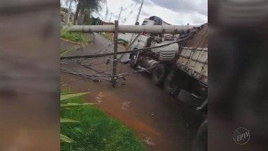 Acidente com caminhão causa queda de postes e deixa moradores sem energia em Guaíra, SP - Equipe da CPFL foi acionada para fazer reparos.