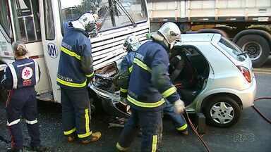 Motorista fica preso nas ferragens por causa de batida em ônibus de trabalhadores - No ônibus, ninguém se feriu