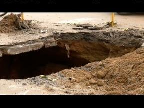 Copasa começa a fechar buraco em avenida de Fabriciano - Cratera abriu após as chuvas na cidade.