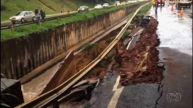 Temporal em Goiânia causa desabamento de parte da pista da Marginal Botafogo - Chuva forte desta tarde deixou casas e ruas alagadas na capital.