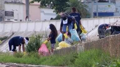 Atletas e Guardas Mirins fazem mutirão de limpeza no Rio Paraíba do Sul - Segundo a Prefeitura, foram retirados cerca de 300 kg de lixo do rio nesta quinta (14).