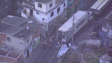 Uma semana depois, Globocop flagra mais roubos de cargas - Dois caminhões estavam sendo descarregados no Complexo do Lins