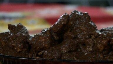 Culinarista ensina receita de galinha velha, um dos pratos mais tradicionais do Nordeste - Veja como fazer.