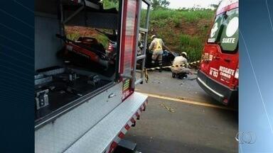 Motorista morre após bater de frente contra caminhão na BR-364, em Goiás - PRF suspeita que a vítima tenha passado mal ou dormido ao volante. Caminhoneiro não se feriu.